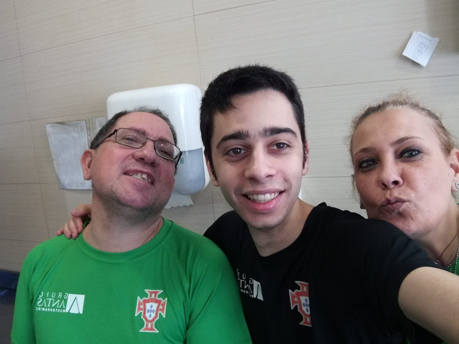 Vitor (Empregado de Assador) e Rosa (Caixeira)